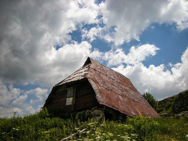 Altes und rustikales Haus in den Bergen lizenzfreies stockbild