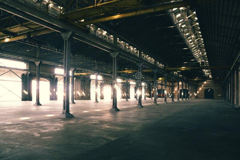 Altes und staubiges Lager, wenn das Licht durch Öffnungen kommt stockfotografie
