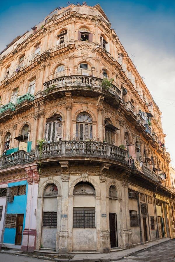 Altes und verfallendes Gebäude in der Mitte von altem Havana lizenzfreie stockfotos
