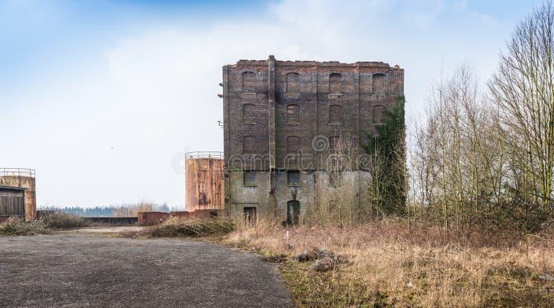 Altes und vernachlässigtes Fabrikgebäude in einem trostlosen Bereich lizenzfreies stockbild