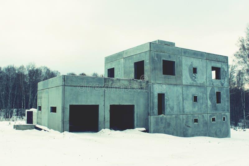 Altes unfertiges verlassenes Haus lizenzfreie stockbilder