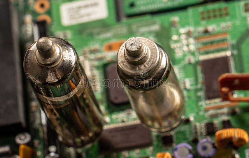 Altes Vakuumelektronische Röhre vor dem hintergrund des grünen Brettes, Nahaufnahme lizenzfreie stockfotografie