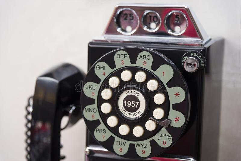 Altes verdrahtetes Scheibentelefon lizenzfreie stockfotografie