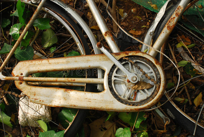 Altes verlassenes Fahrrad lizenzfreies stockbild