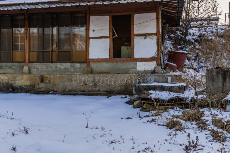 Altes verlassenes hölzernes Haus lizenzfreies stockbild