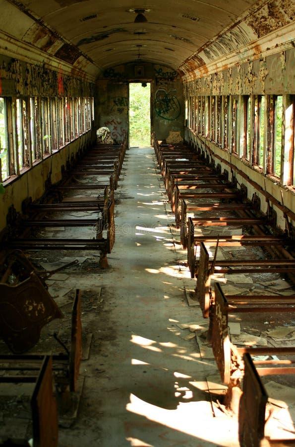 Altes verlassenes Personenzugauto stockbilder