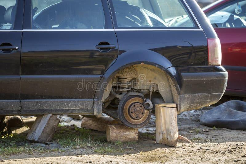 Altes verlassenes rostiges defektes Abfallauto nach Unglücksfall ohne Räder auf den hölzernen Stempeln draußen umfasst mit Schnee lizenzfreie stockbilder
