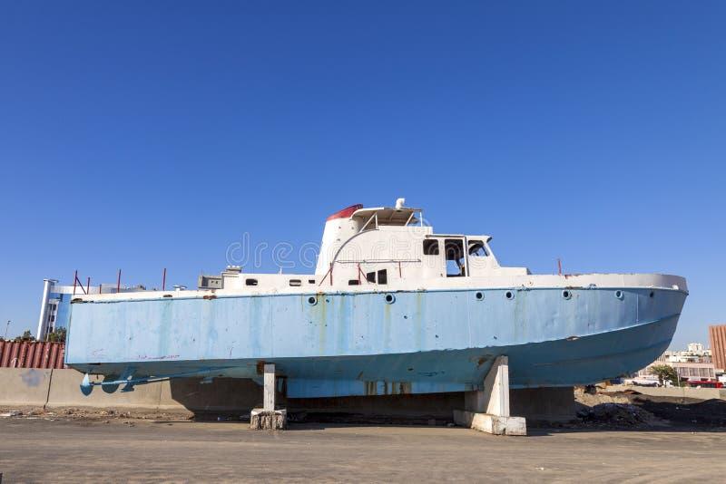 Altes verlassenes ruiniertes Schnellboot am Schiffs- oder Bootsfriedhof Viele unterschiedlicher trockener angekoppelter, zerstört lizenzfreies stockbild