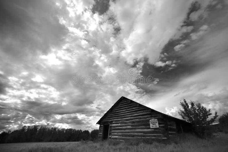 Altes verlassenes Schulhaus lizenzfreies stockbild