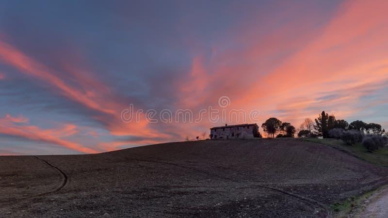 Altes verlassenes Steinbauernhaus bei Sonnenuntergang, Sienese-Landschaft, Toskana, Italien lizenzfreie stockfotografie