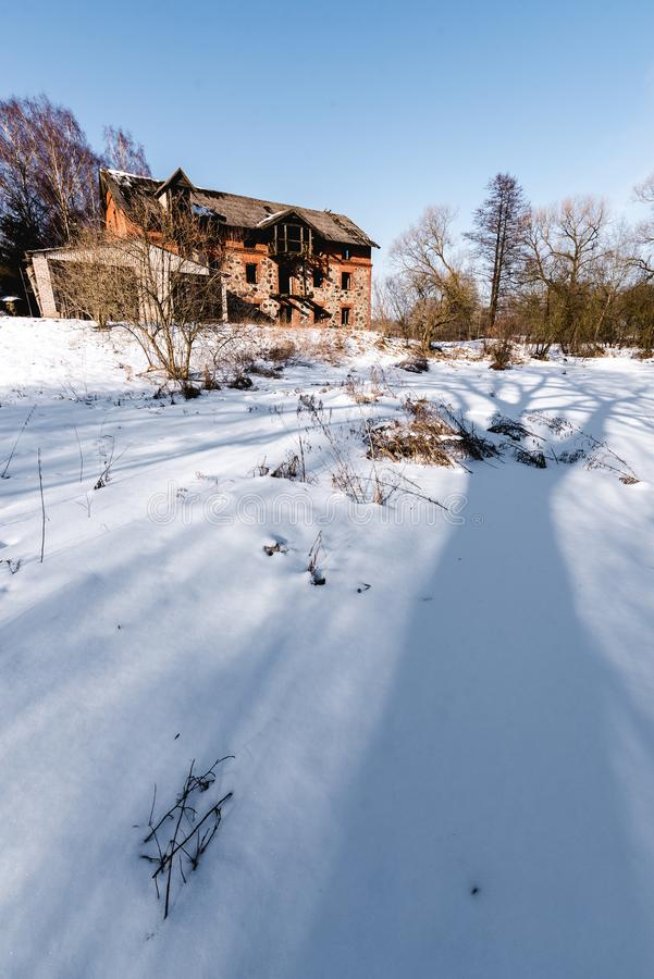 Altes verlassenes watermill im Winter stockfoto