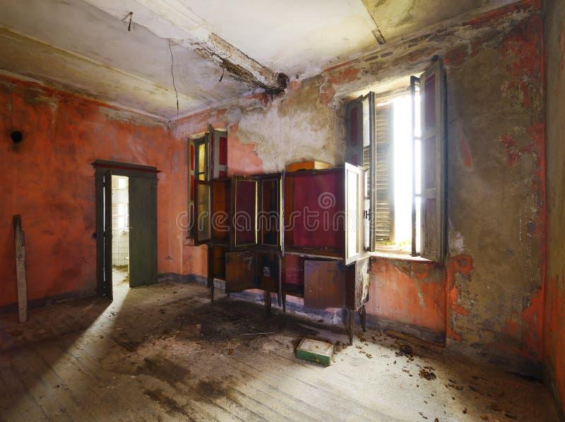 Altes verlassenes Wohnzimmer stockfotografie