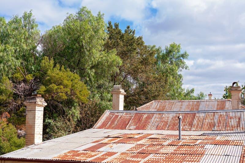 Altes verrostetes Eisen-Dach des Hauses stockfotografie