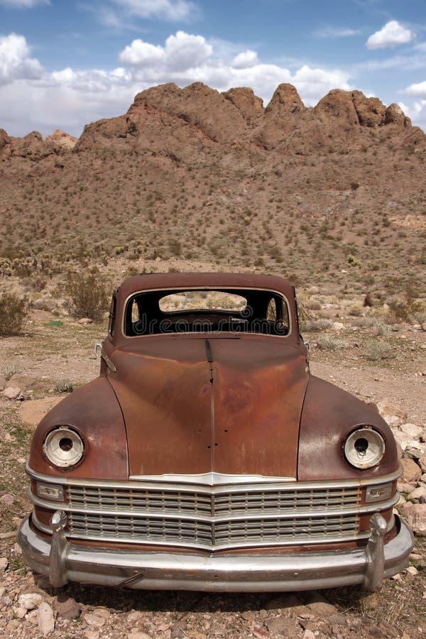Altes verrostetes heraus Auto in der Wüste stockbild