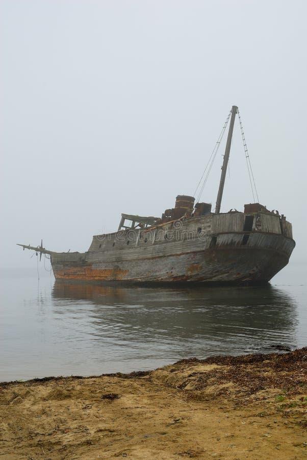 Altes versunkenes Walfängerboot im Nebel lizenzfreie stockfotos