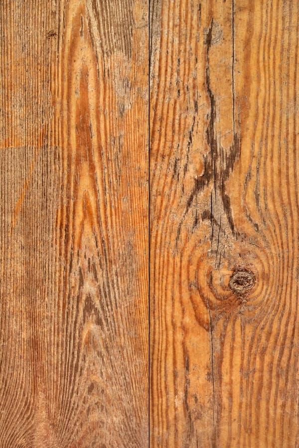 Altes verwittertes faules gebrochenes geknotetes Kiefernholz-Planken-raues Schmutz-Beschaffenheits-Detail stockbilder