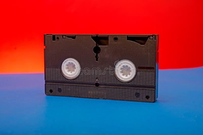 Altes VHS-Videokassettenfoto auf rotem und blauem Hintergrund lizenzfreies stockbild