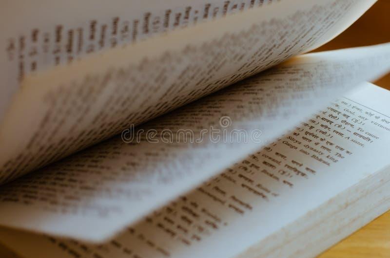 Altes Wörterbuch undeutlichen Hintergrundes Hindi Language Fast Open Ins lizenzfreie stockfotografie