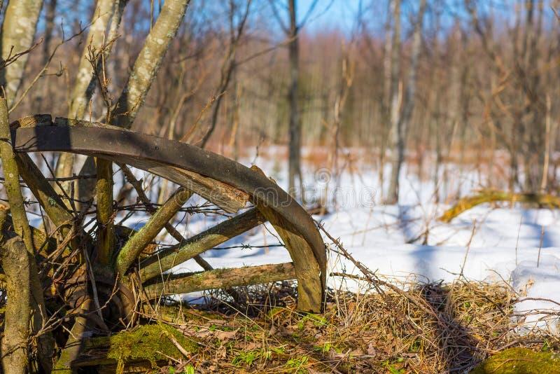 Altes Wagenrad stockfoto