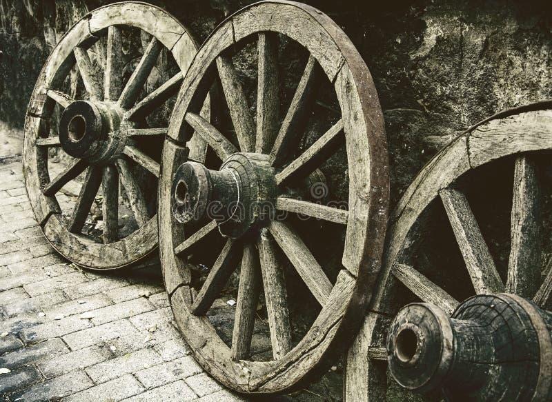 Altes Wagenrad stockfotos