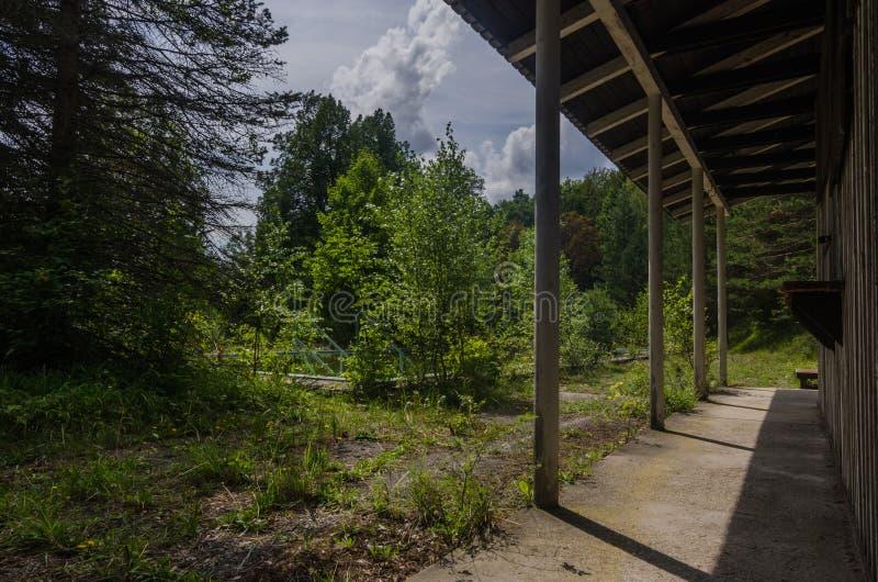 altes Waldbad mit Gebäude lizenzfreie stockfotos