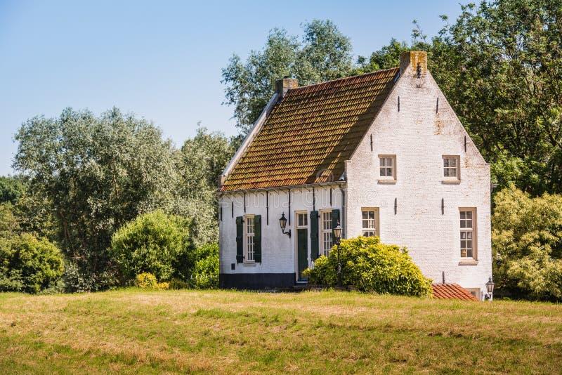 Altes Weiß vergipstes Haus stockfotos