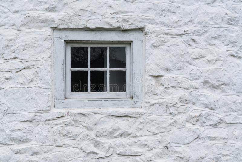Altes weißes Fenster auf Scheune stockbilder