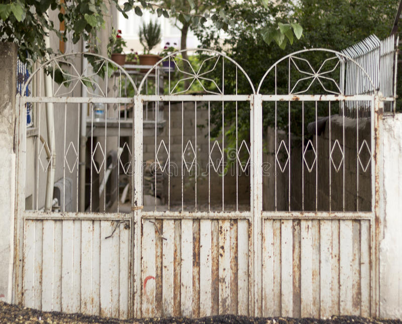 Altes weißes Tor, das zu einen Dorfgarten führt lizenzfreie stockbilder