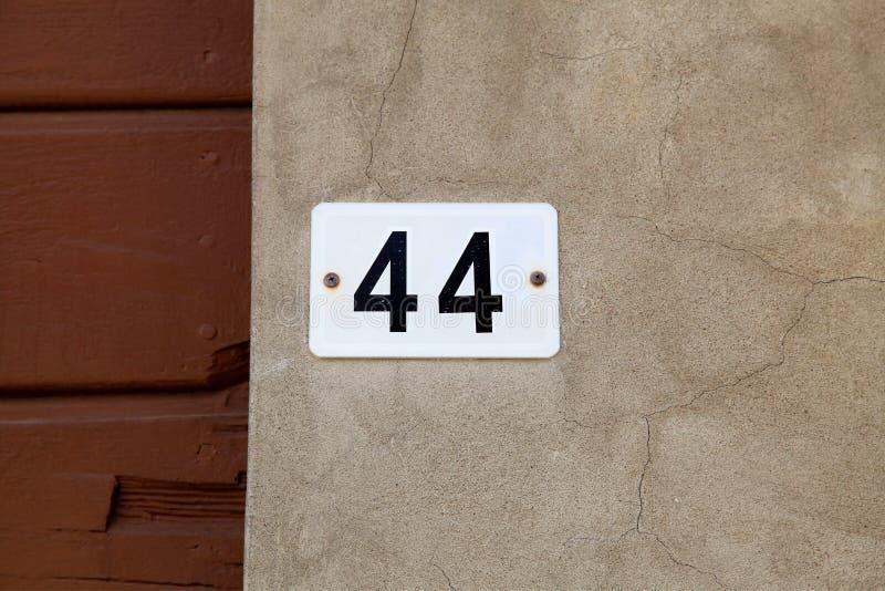 Altes Weinlese Hausnummer 44 lizenzfreies stockbild