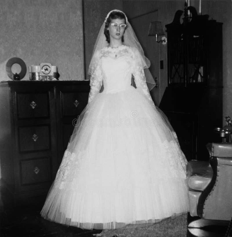 Altes Weinlese-Retro- Foto-junge Hochzeits-Braut in Fünfziger Jahre stockbild
