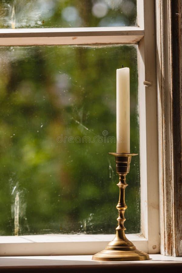 Altes Weinlesefenster und vertikale Kerze im Kerzenständer stockbilder