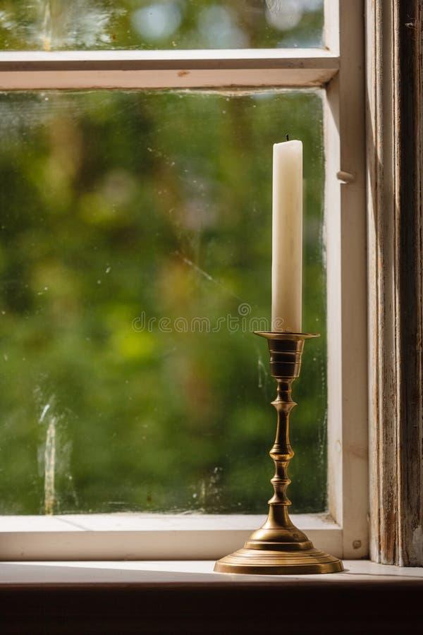 Altes Weinlesefenster und vertikale Kerze im Kerzenständer stockfotografie