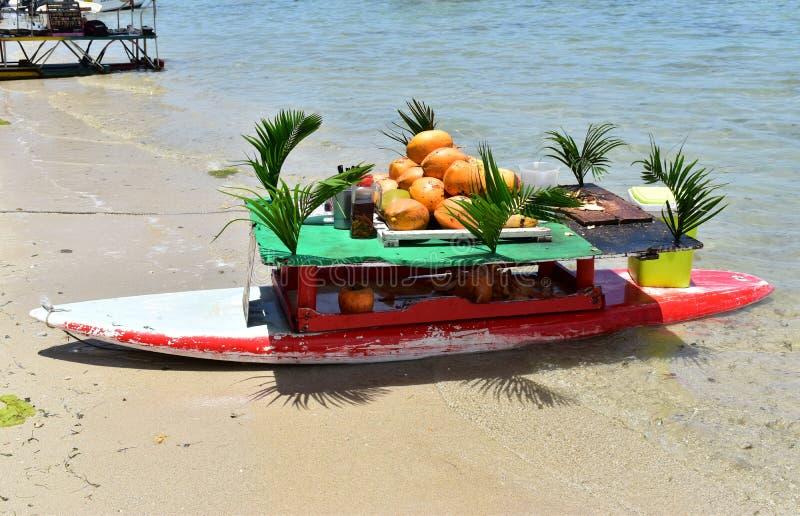 Altes wiederaufbereitetes Surfbrett ist jetzt eine originelle schwimmende exotische Bar geworden lizenzfreies stockbild