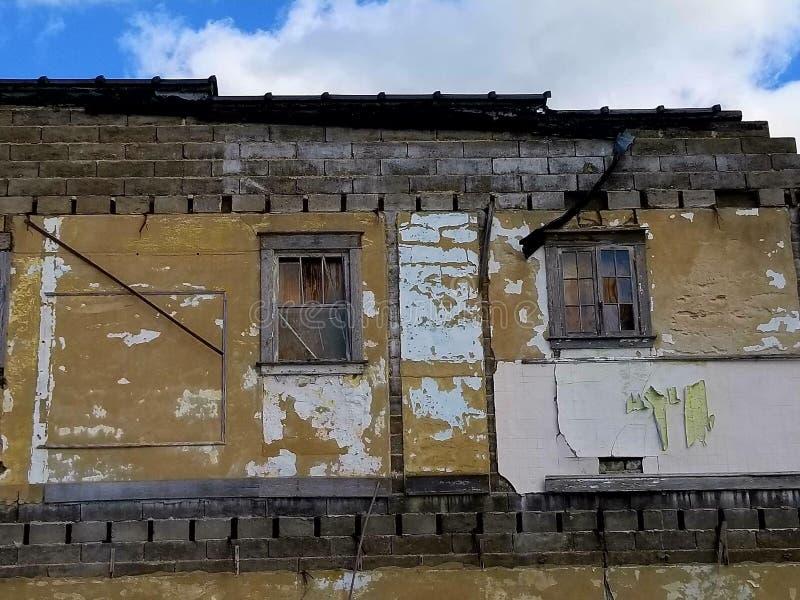 Altes Windows, das herein schaut stockfotos