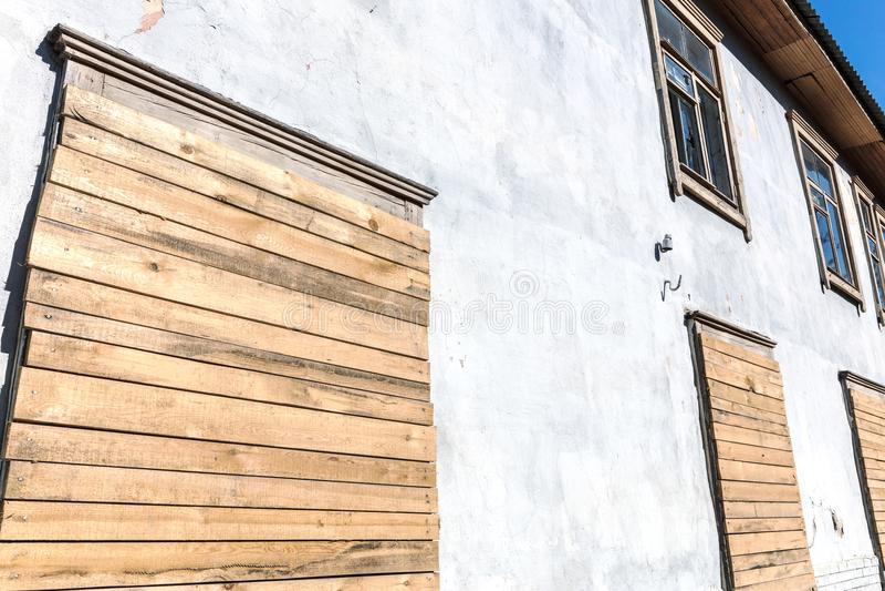 Altes Wohnhaus vor Demolierung des Gebäudes lizenzfreie stockfotos
