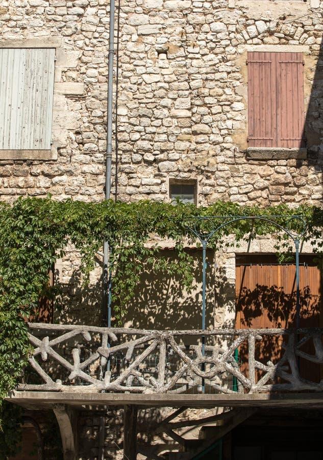 Altes Wohnungshaus überwältigt mit Efeu in Sault, Vaucluse-Abteilung in Provence-Region, lizenzfreie stockbilder