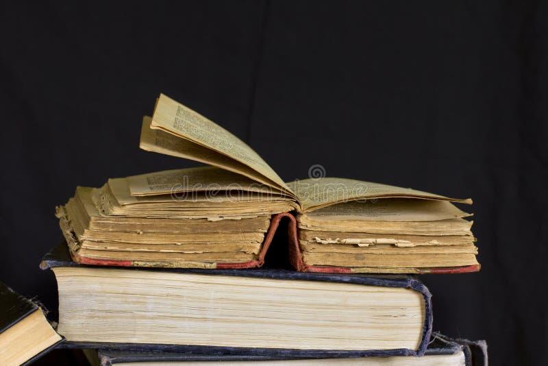 Altes zerschlagenes Buch mit Gelben Seiten lizenzfreies stockfoto