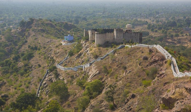 Altes zerstörtes Fort im Rajsamand-Bezirk nahe Jaipur, Indien lizenzfreie stockbilder