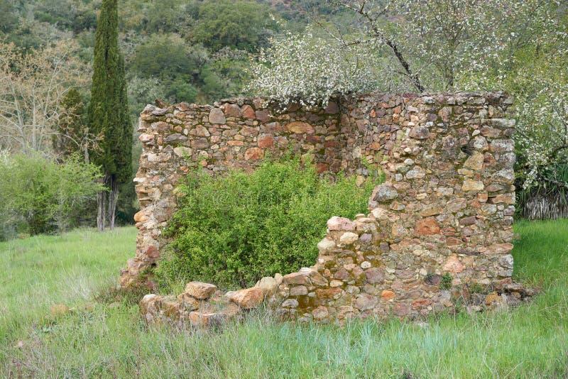 Altes zerstörtes kleines Steingebäude stockfotografie