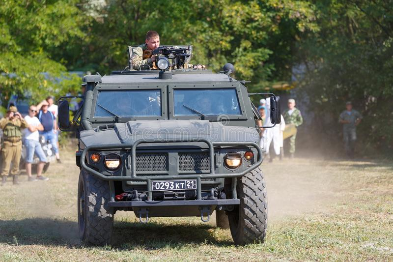 Altezze storiche di Sambek di festival I combattenti delle forze speciali russe che guidano un'autoblindata hanno chiamato Tiger fotografie stock libere da diritti
