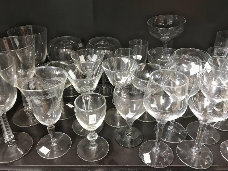 Altglas Kristallstemware auf einem Regal im Gebrauchtwarenladen stockbild