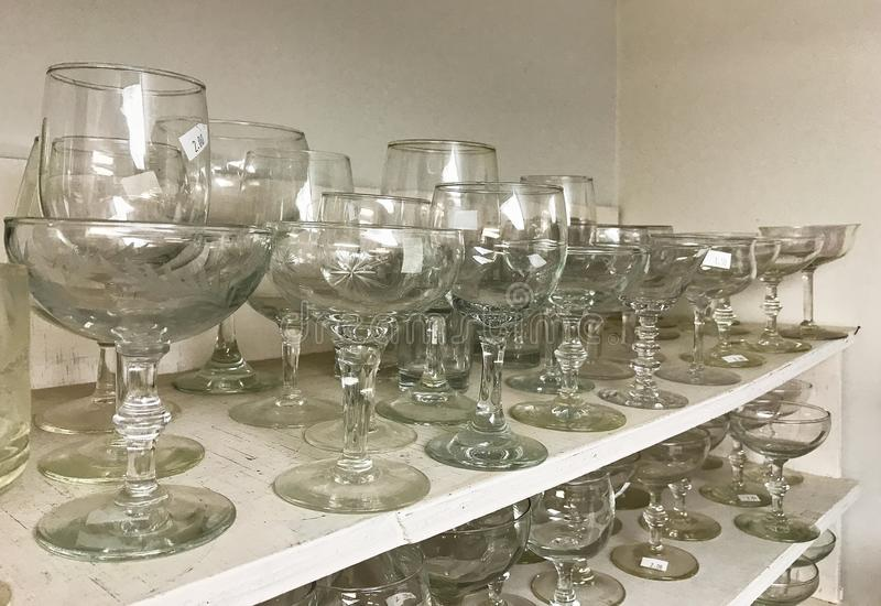 Altglas Kristallstemware auf Regale im Gebrauchtwarenladen lizenzfreie stockfotos