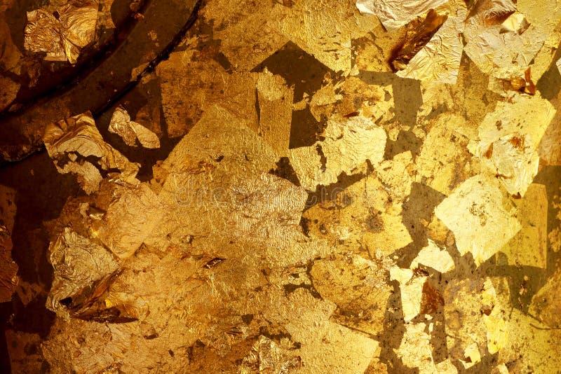 Altgoldschmutzwand mit Schalenfarbe stockfotografie
