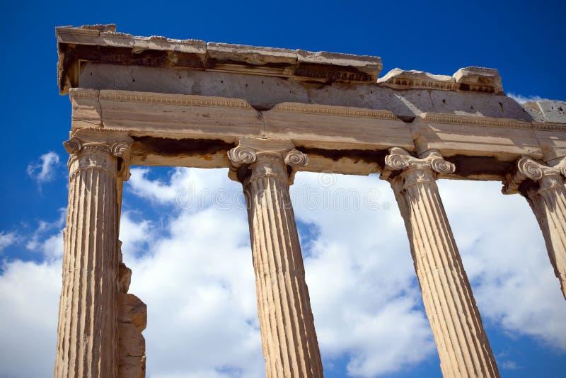Altgriechische Ruinen, Ruinen gegen den blauen Himmel Akropolis, Athen, Griechenland Akropolis an einem heißen sonnigen Tag stockfoto