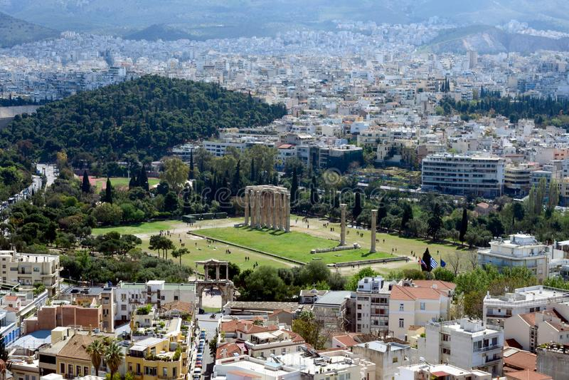 Altgriechische Ruinen, Ruinen unter üppigem grünem Gras Akropolis, Athen, Griechenland Schöne Ansicht von Athen und von Tempel vo lizenzfreie stockfotografie