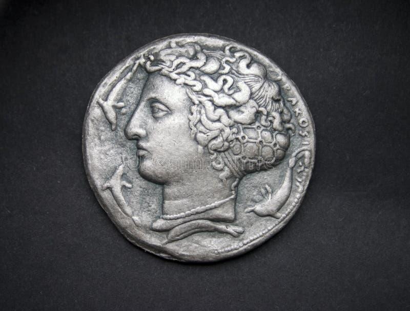 Altgriechische Silbermünze von Syrakus stockfotos