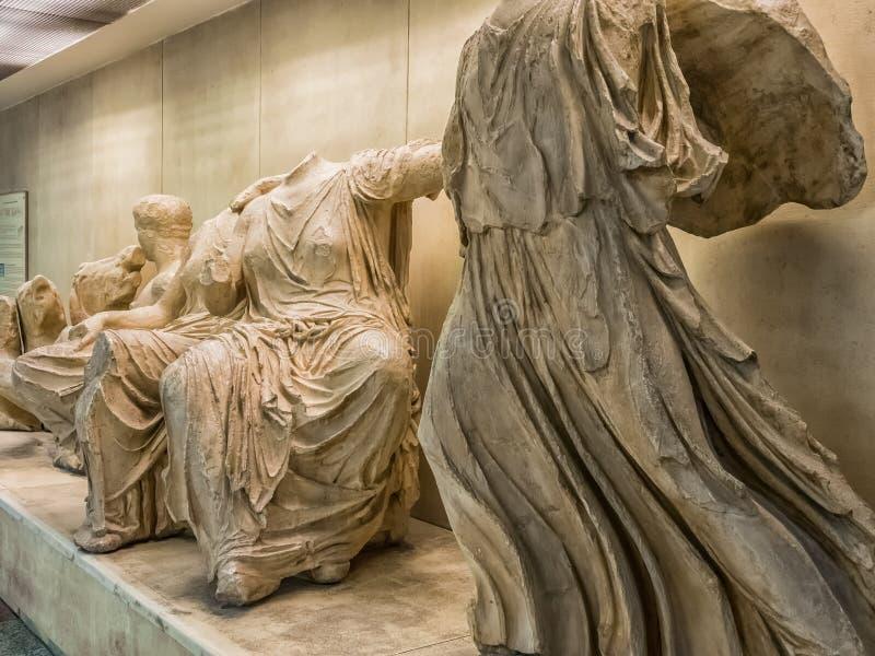 Altgriechische Statuen der allgemeinen freien Ausstellung in der U-Bahn- oder Metrostation der Akropolises in Athen, Griechenland lizenzfreie stockfotos
