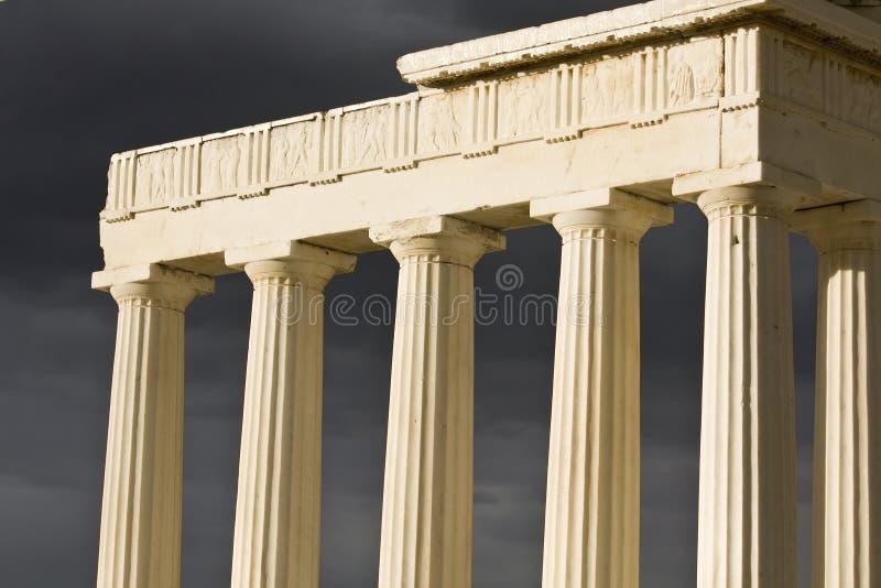 Altgriechischer Tempel an einem stürmischen Tag lizenzfreie stockfotos