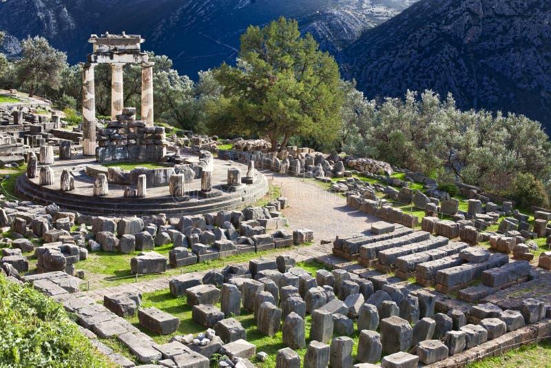 Altgriechischer Tempel von Athina in Delphi stockfotos