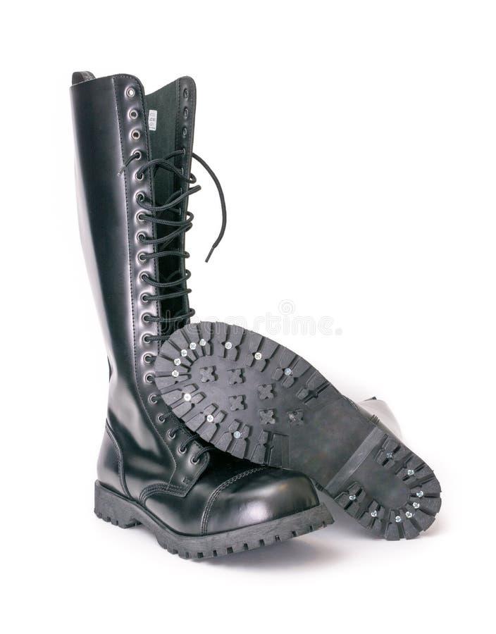 Alti stivali di combattimento del ginocchio alto con avvitato sulle sogliole fotografie stock libere da diritti